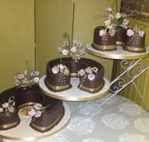 R7 Anne Newiss 3 tier chocolate horseshoe